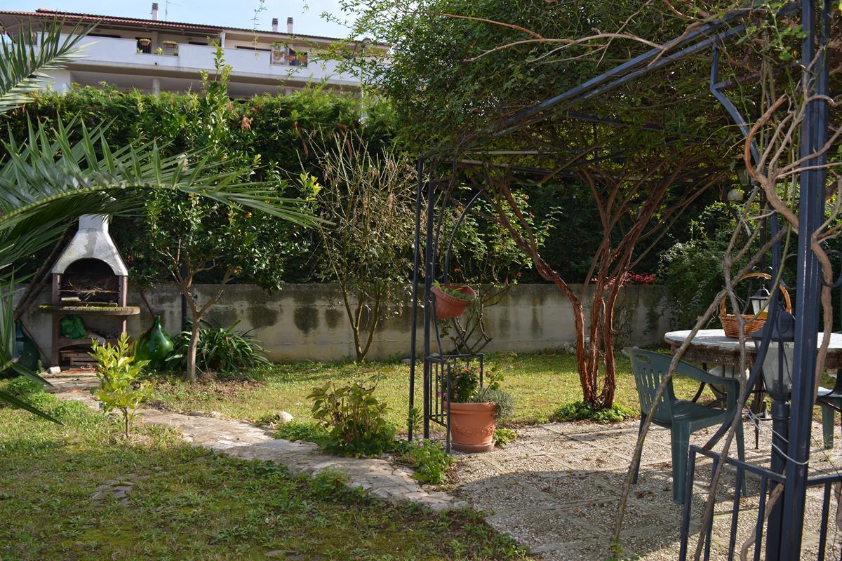 Collecorvino Appartamento 3 locali giardino garage cantina