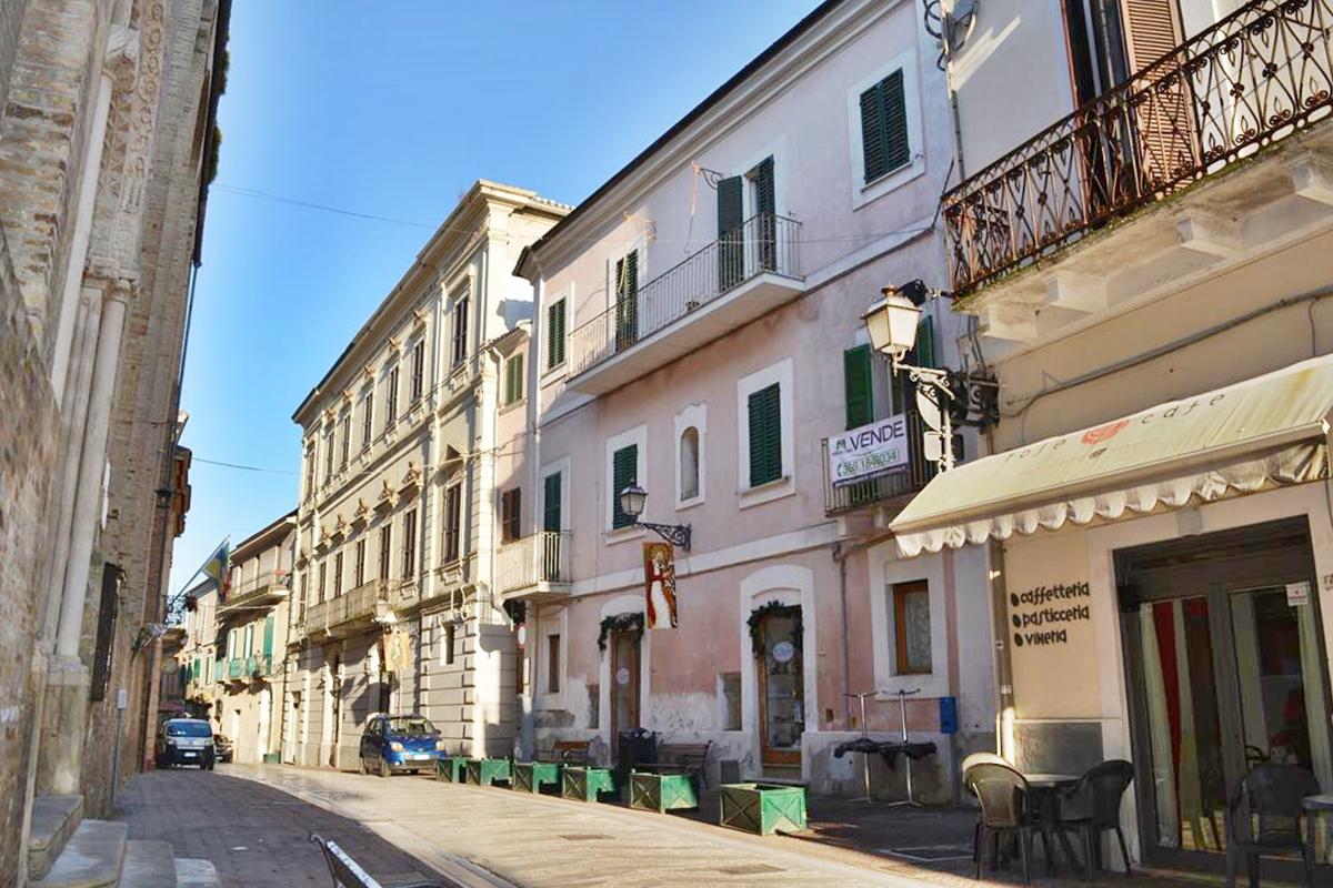 VENDUTO Città Sant'Angelo Centro Storico 6 locali sul Corso